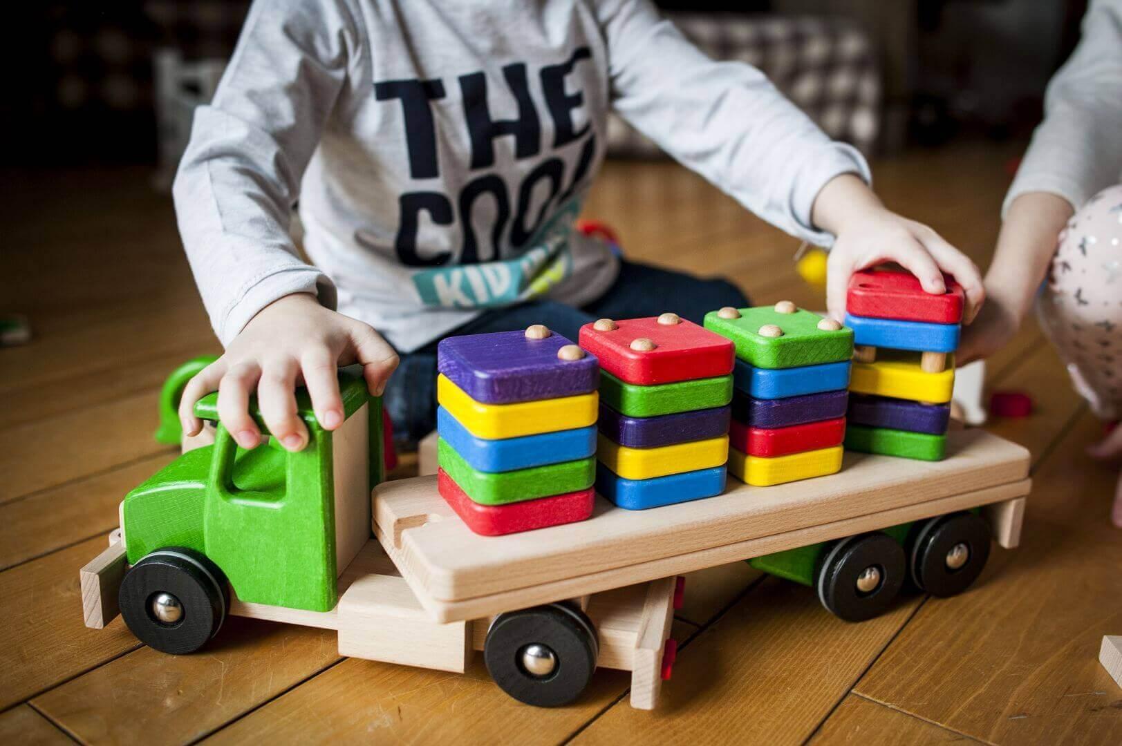 Pótkocsis teherautó domino szortirozó rakománnyal